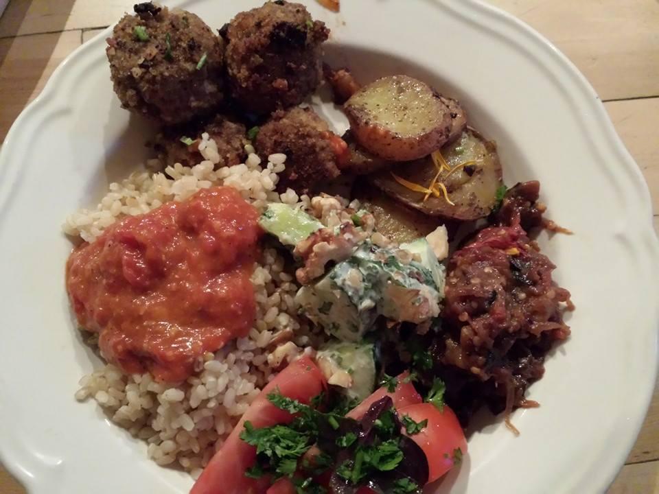 Riz perce, sauce tomate, p.d.t, boulettes de viande, aubergines et salade de concombres