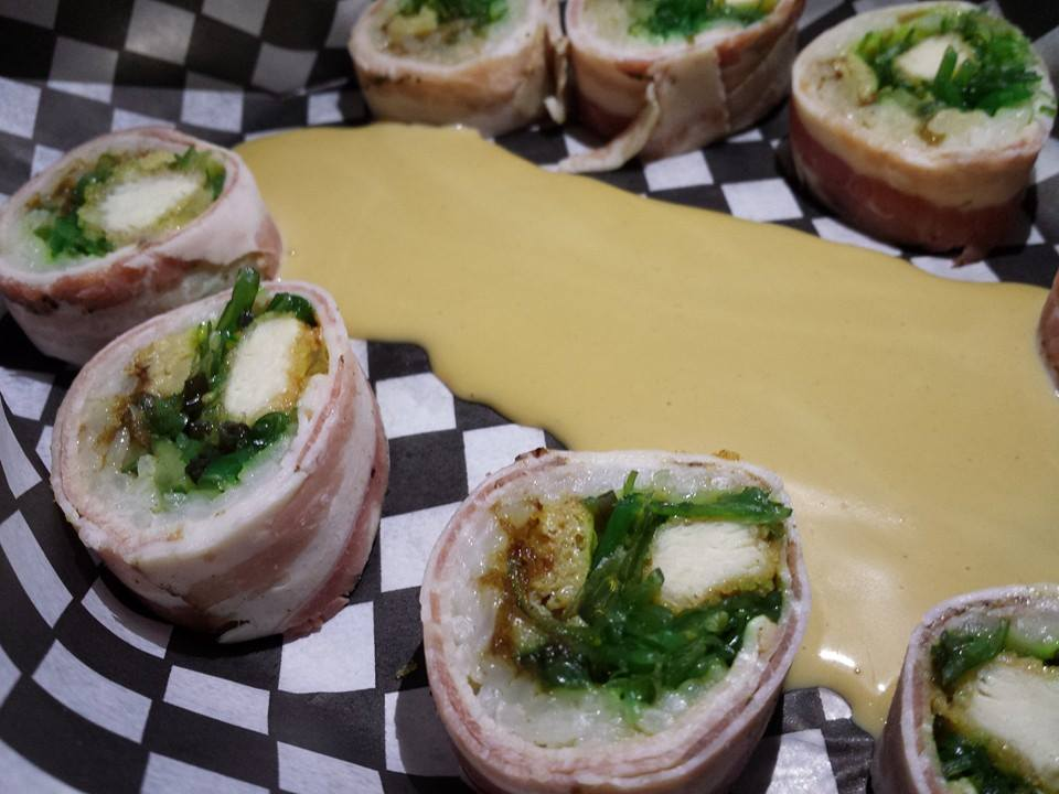 Poulet tempura, omelette japonaise, purée de dattes et wakame servie avec mayo maison.